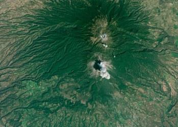 Volcán de Colima haciendo erupción